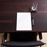 Wenge ist ein dunkles und luxuriöses Holz, das perfekt für hochmoderne Küchen ist und sich zum Beispiel auch als Tischplatte eignet.