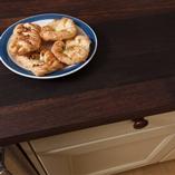 Wenge Arbeitsplatten mit durchgehenden Lamellen ist eine unserer nobelsten Arbeitsplatten und passt perfekt in hochmoderne und klassische Küchendesigns.
