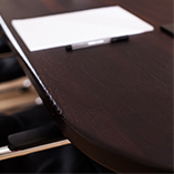 Wenge ist ein unglaublich belastbares und dichtes Material. Die Abrundung mit einem 6mm Radius verleiht der Platte den letzten Schliff.