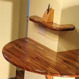 Unsere Zebrano-Arbeitsplatten verwendet für ein Set an maßgeschneiderten Regalen mit rundem Kantenprofil.