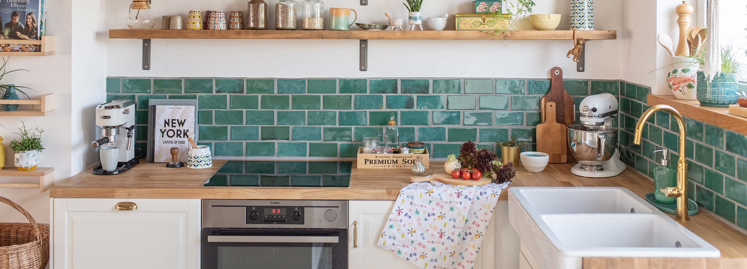 diese kuche prasentiert die klassische arbeitsplatte eiche in kombination mit modernen blaugrunen fliesen