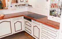 Mit unseren Kirschbaum-Arbeitsplatten und den Küchenschränken wirkt diese Küche traditionell und urig.