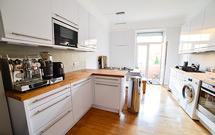 Aufnahme der fertiggestellten Küche mit Premium-Eiche-Arbeitsplatten