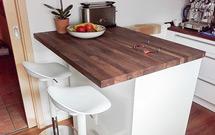 Eine Kücheninsel mit kleiner Frühstücksbar aus Arbeitsplatten Amerikanischer Nussbaum.